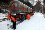 安庆岳西道班成功救援外地大雪被困货车