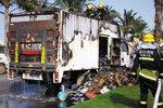 海口椰海大道上货车发生自燃 货物全毁