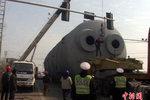 """警车来护航 南京百吨""""庞然大物""""通行"""