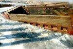 自卸车凑热闹游冬泳 被困冰河动弹不得