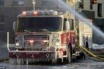 责任感的趋势 纽约消防员救火全身结冰