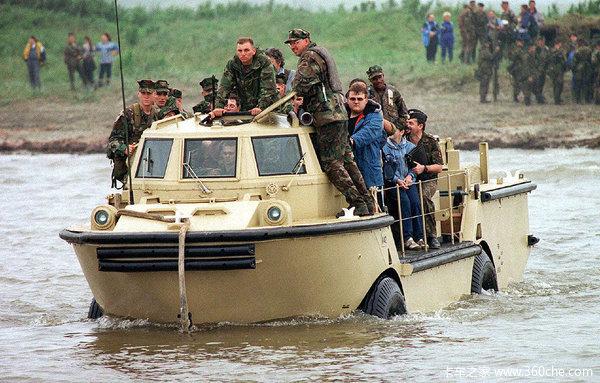 暴雨涉水都不怕水陆两栖卡车亮瞎双眼