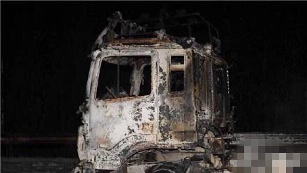 又见油罐车事故高速上20多个油罐爆炸