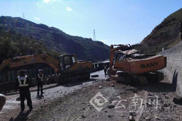 蓝翔逆袭大保高速货车失控跌落挖掘机