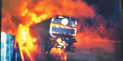 30吨油罐车追尾起火31辆消防车齐救援