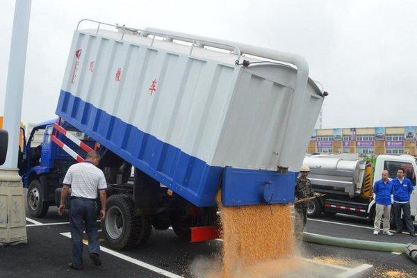 全程开绿色通道哈市交警为运粮车护航