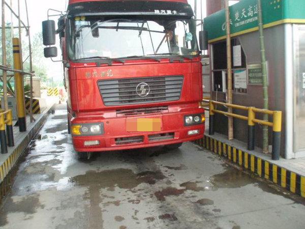 超载货车过磅称重卡车司机施展'轻功'