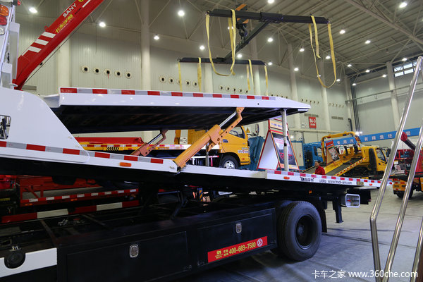 武汉车展:一个顶俩帕菲特双层清障车