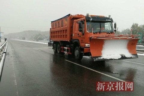 多条高速出京方向均封闭除雪车忙作业