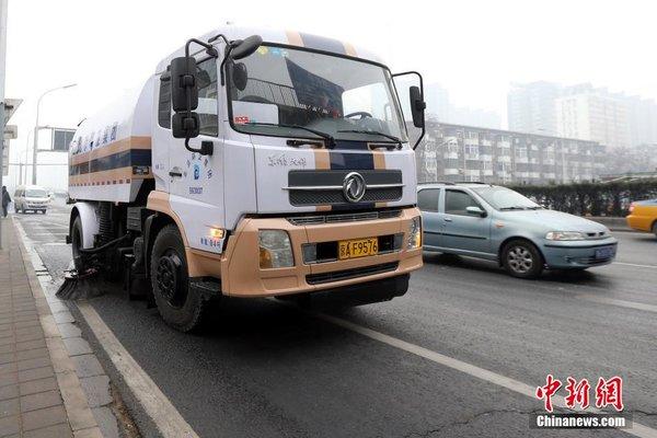 应对北京空气污染环卫车紧急出动降尘