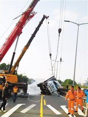 15米护栏被撞坏油罐车侧翻造成大堵车