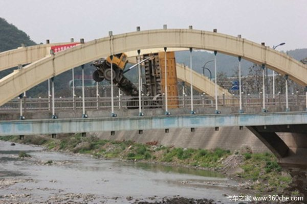 奇葩司机卸货后没收翻斗自卸车卡桥上