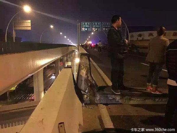货车载重150吨违规上高架压断上海中环