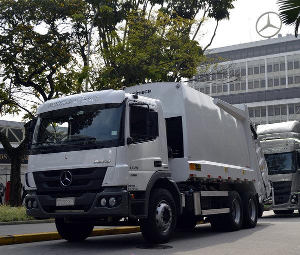 奔驰巴西推出配备艾里逊变速箱的<a href='http://www.rlqcgs.com/LaJiChe/'>垃圾车</a>