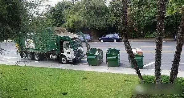 一个收垃圾的小车机械化程度都这么高