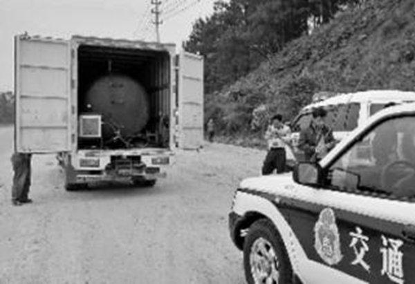 云南一货车变加油车被查时司机弃车逃跑