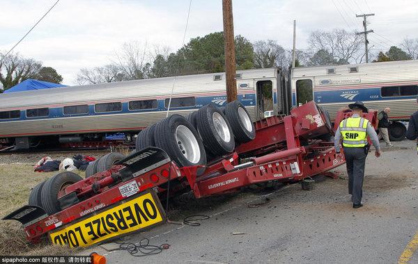 火车撞上被卡挂车火车头脱轨多人受伤